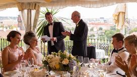 Мужчины и женщины за торжественным столом