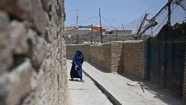 Женщина в хиджабе идет по улице