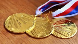 Золотые олимпийские медали лежат на столе