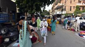 Индийские женщины идут по улице