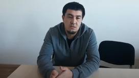 Азамат Турмагамбетов сидит за столом