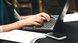 Девушка сидит перед ноутбуком