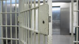 Одна из дверей в тюрьме