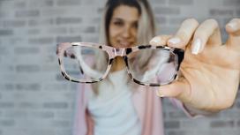 Девушка с очками в руках