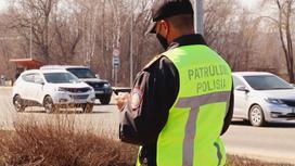 Полицейский стоит у дороги