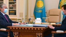 Касым-Жомарт Токаев и Алик Шпекбаев сидят за столом
