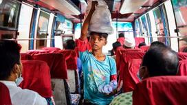 Ребенок собирает бутылки в автобусе