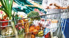 Покупатели выбирают продукты питания в супермаркете