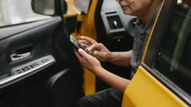 Водитель такси звонит по телефону