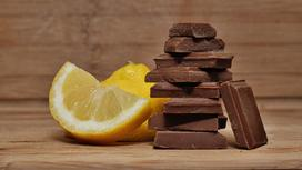Шоколад и лимон лежат на столе
