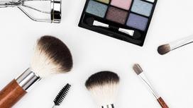 Палетка теней и инструменты для макияжа