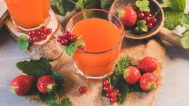 Компот в стаканах и фрукты на столе