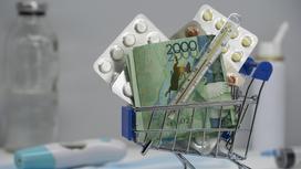 Лекарства и деньги лежат в миниатюрной тележке для покупок