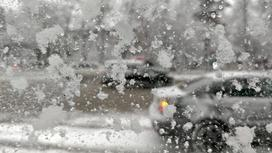 Следы снега остались на стекле машины