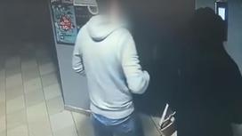 девушка и мужчина заходят в лифт