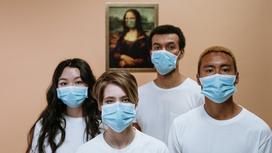 Группа людей в масках