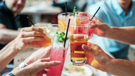 люди чокаются напитками