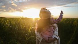 Женщина держит девочку на руках