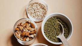 Чечевица, мюсли и зерна в посуде