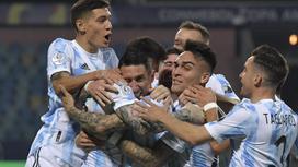 Футболисты сборной Аргентины празднуют гол
