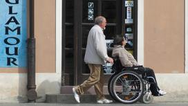 Мужчина на прогулке с женщиной в коляске