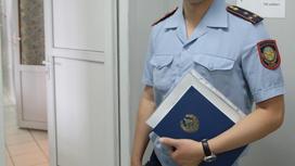 Полицейский держит папку