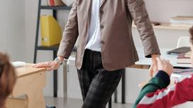 Учитель на уроке в классе