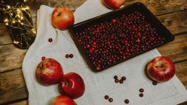 Яблоки и ягоды на столе
