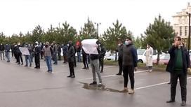 Шымкентские предприниматели протестуют у здания акимата
