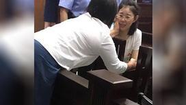 Акжаркын Турлыбай плачет в зале суда