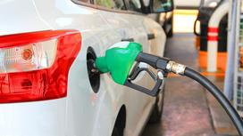 автомобиль заправляют бензином за АЗС
