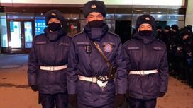 Трое гвардейцев стоят на улице
