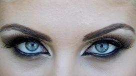 девушка с накрашенными глазами