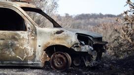 Сгоревшая машина в поле