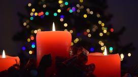 свечи на фоне новогодней елки