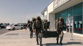 Военные несут груз