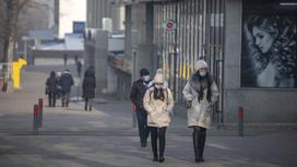 Девушки в масках идут по улице