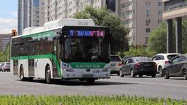 Автобус едет по проезжей части
