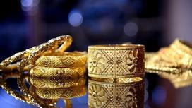 Золотые украшения на столе