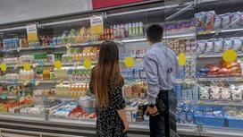 девушка и парень выбирают продукты в магазине