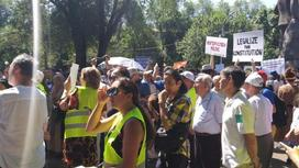 Люди собрались на митинг
