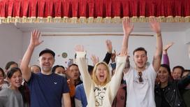 Юрий Харламов и Алина Хомяк в школе