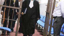 Судья идет по коридору