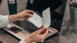 Женщина смотрит банковские чеки