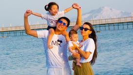 Аян Нуртас и Айгерим Саркенова с детьми
