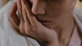 Девушка вытирает с лица слезы