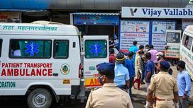 Люди около больницы Виджая Валлабха после пожара