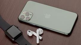 iPhone, Watch и AirPods лежат на столе