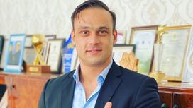 Илья Ильин стоит в своем кабинете