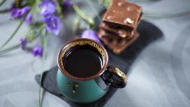 кофе с шоколадом на столе